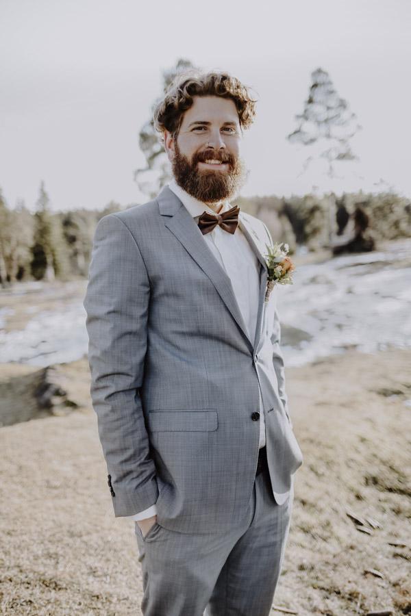 Bräutigam mit Fliege und Anstecker