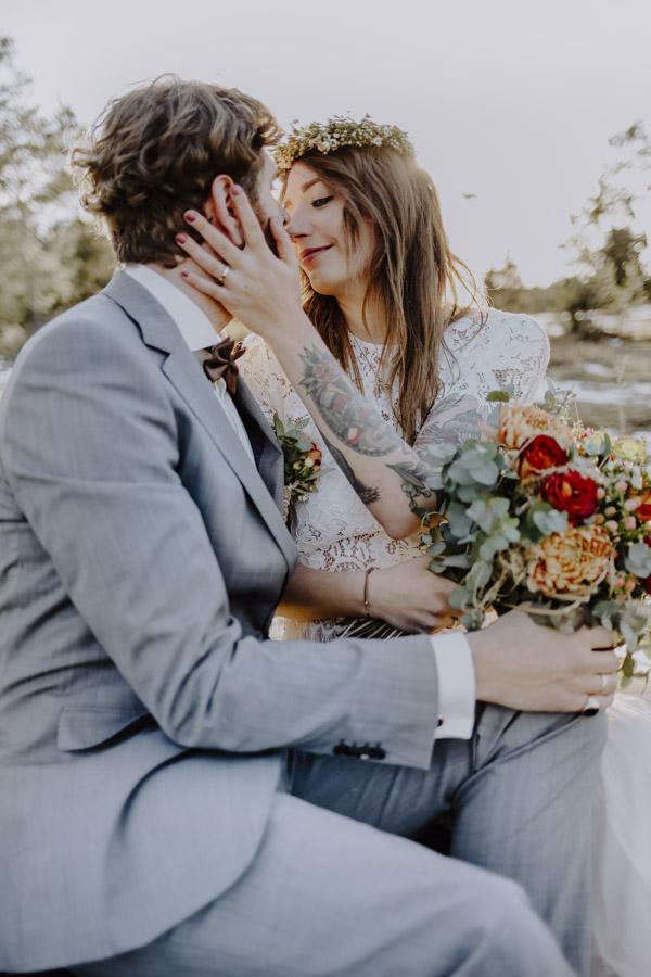 Bräutigam hält Brautstrauß in der Hand