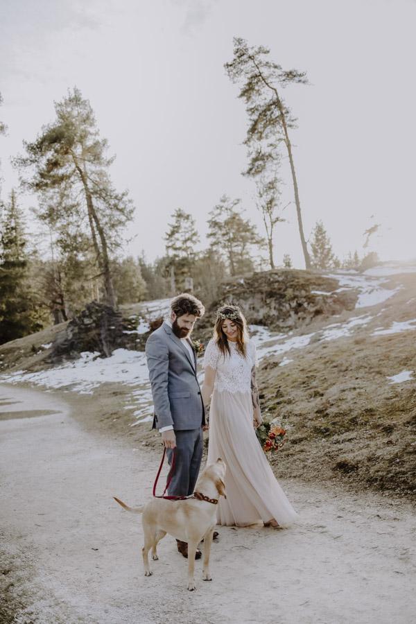 Brautpaar mit Hund vor Bäume