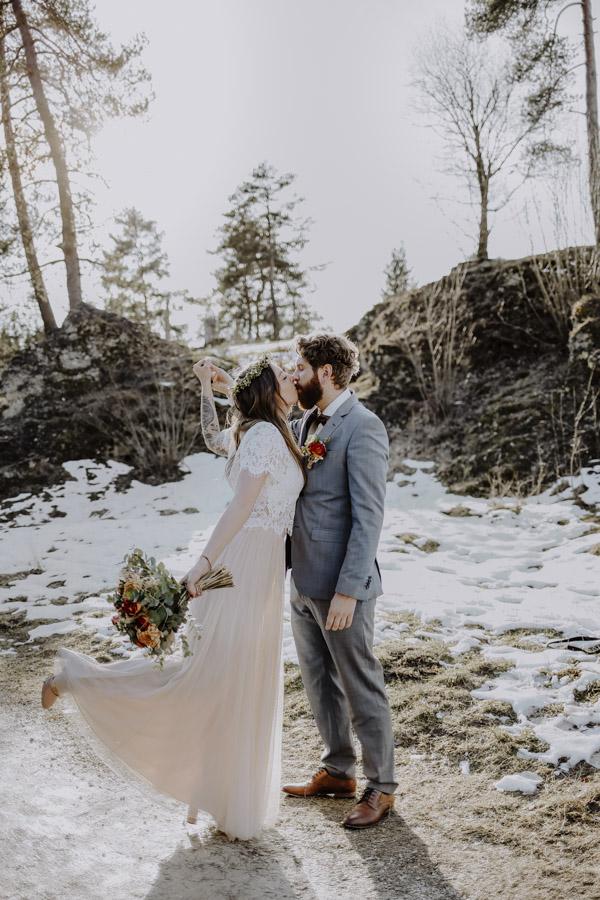 Braut küsst Bräutigam