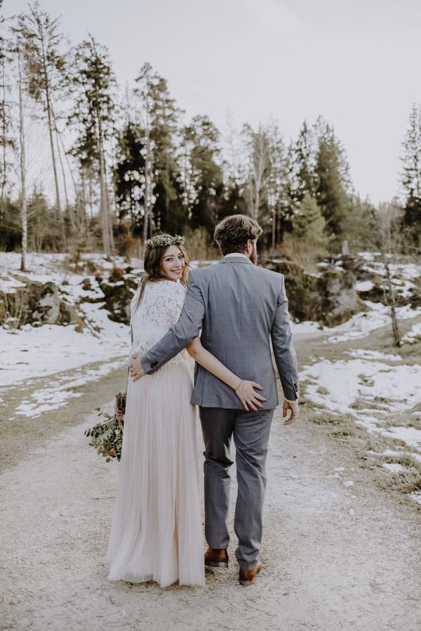 Braut und Bräutigam laufen Weg entlang