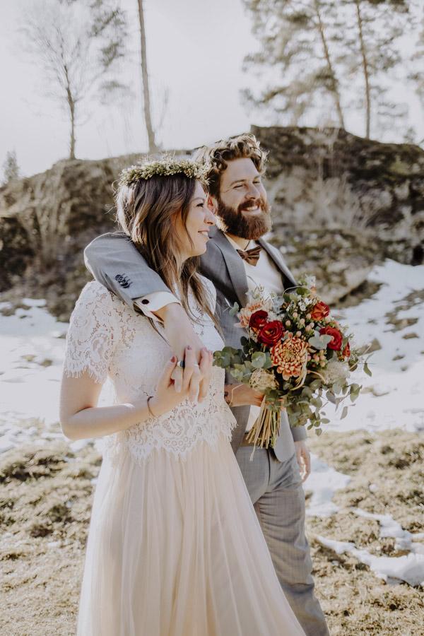 Brautpaar vor einem Fels