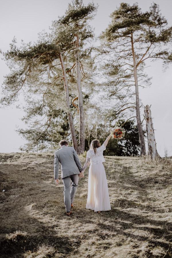 Brautpaar läuft Berg hinauf
