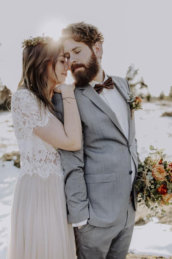 Braut und Bräutigam Kopf an Kopf vor Sonne