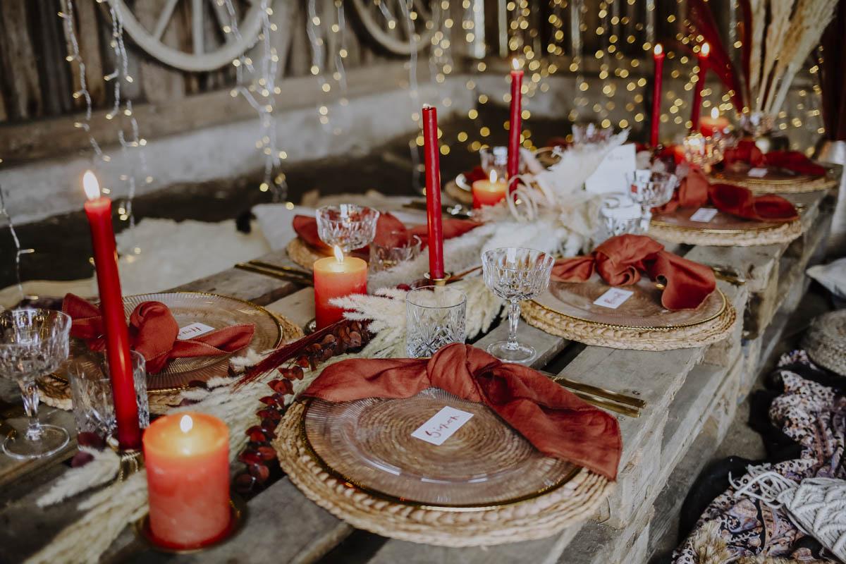 Rote Kerzen auf Paletten