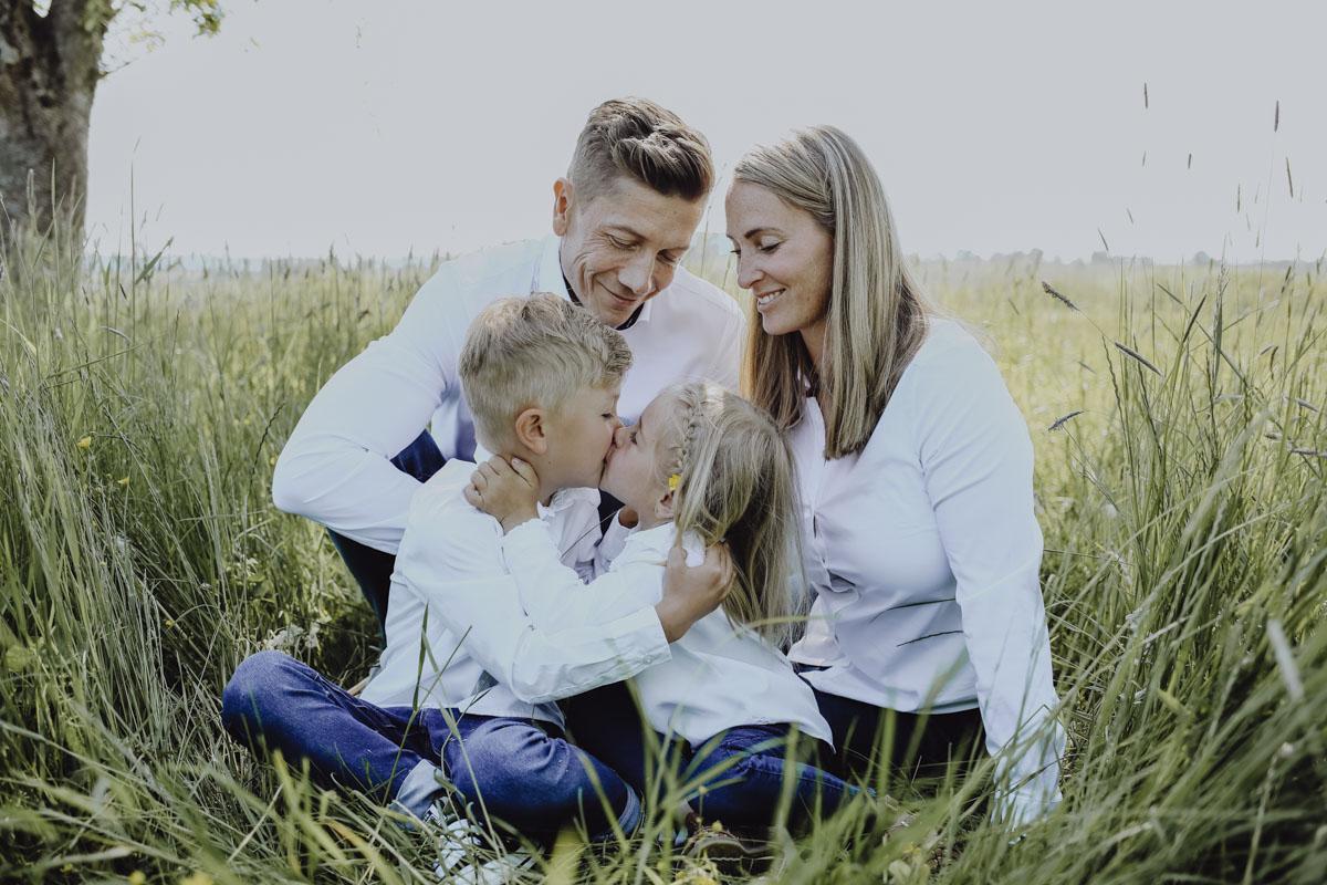 Familie sitzt in Wiese