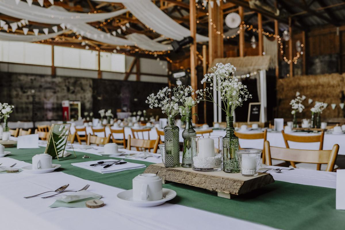 Blumen in Flaschen auf gedecktem Tisch