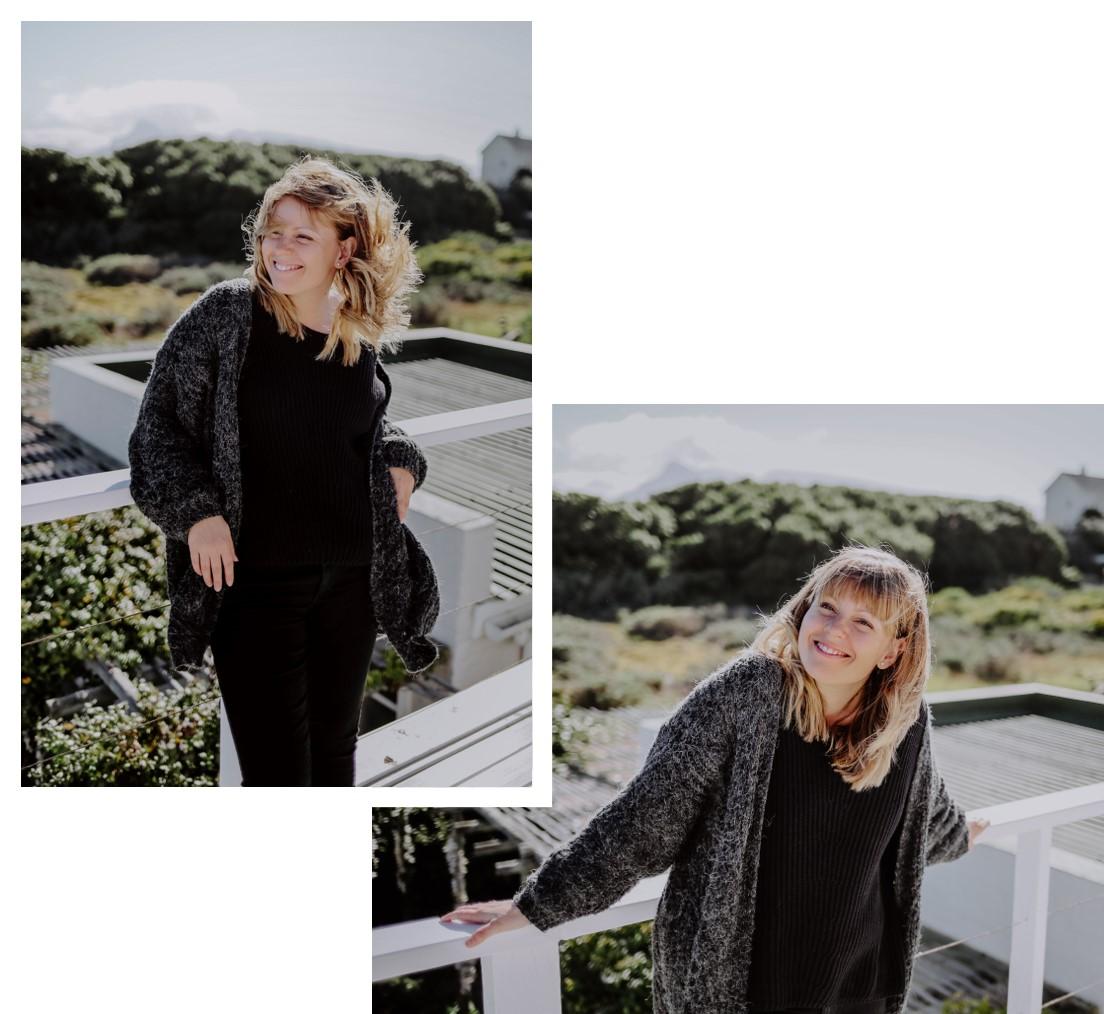 Frau mit schwarzem Pullover auf einer Terrasse