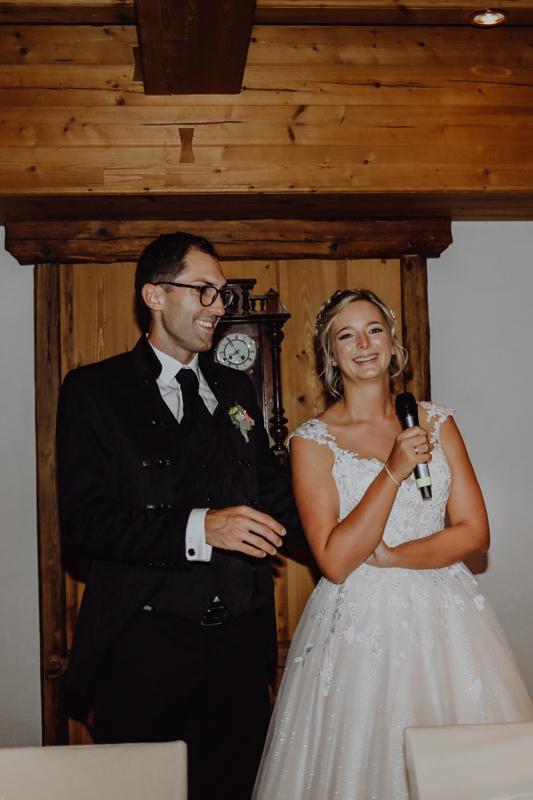 Braut hält Mikrofon in der Hand