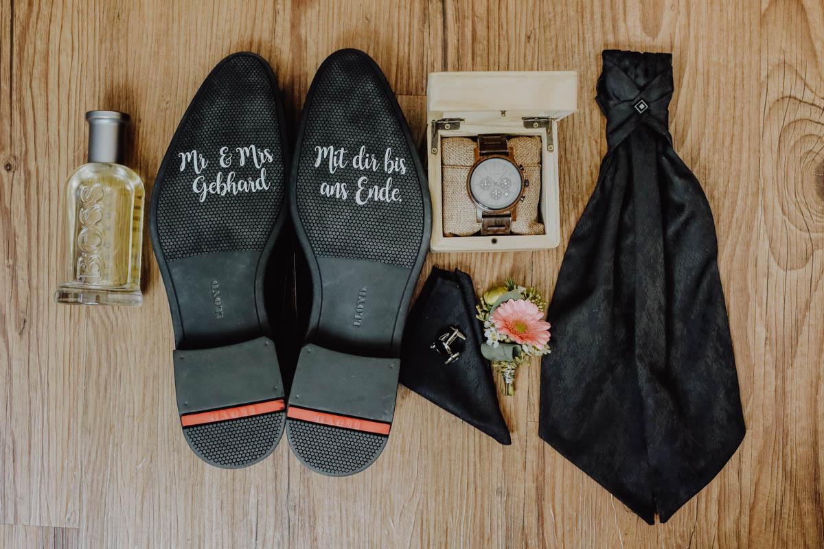 Schuhe Accessoires liegen auf dem Boden