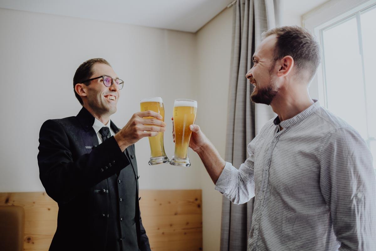 Zwei Männer mit Biergläsern