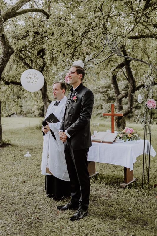 Mann und Pfarrer auf Wiese