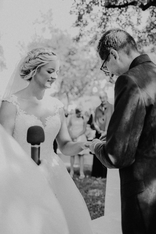 Bräutigam hält die Hand von der Braut