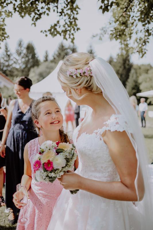 Braut mit einem Mädchen