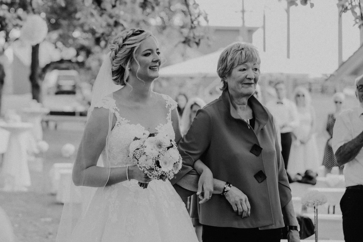 Zwei Frauen mit Brautstrauß