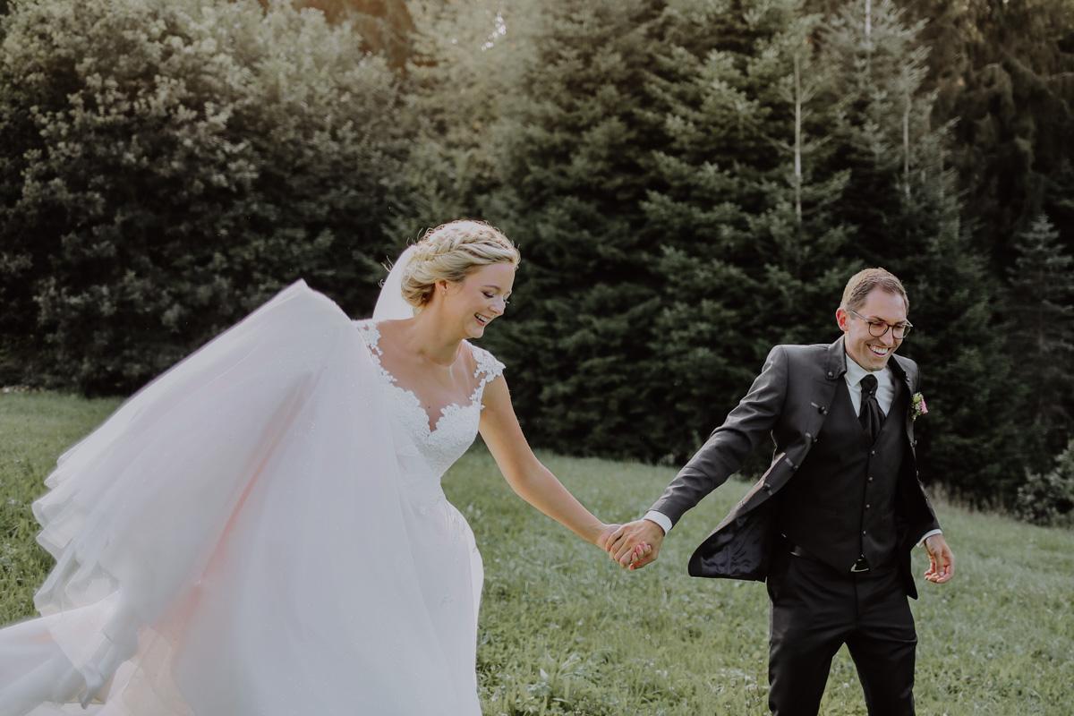 Braut hält die Hand vom Bräutigam