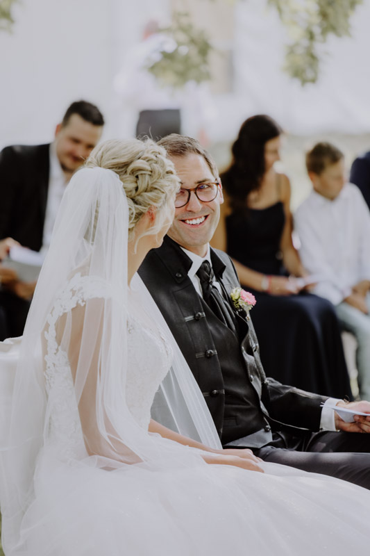 Bräutigam sitzt neben Braut
