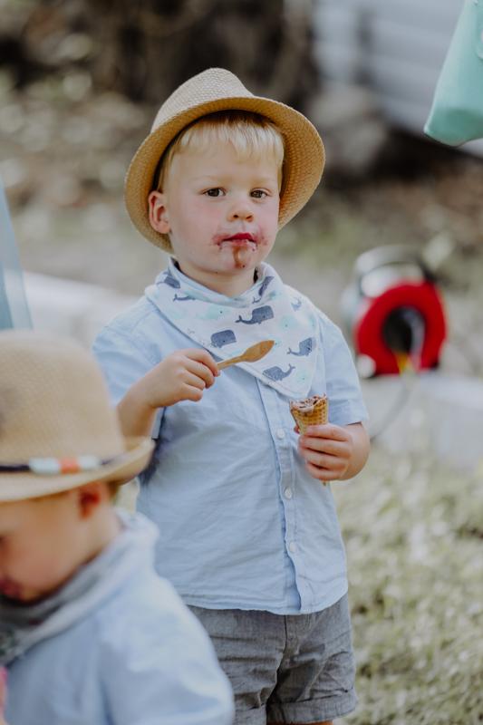 Junge mit Eis in der Hand