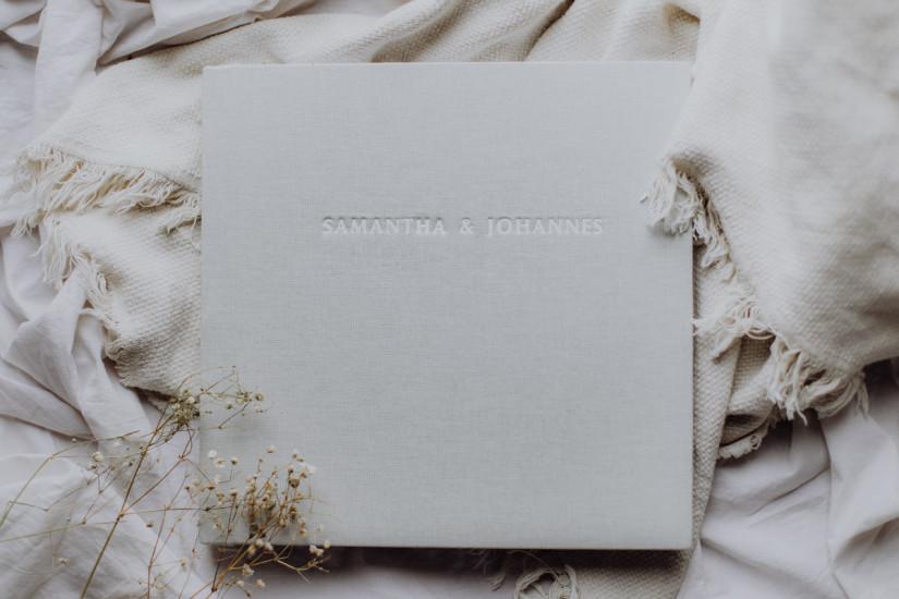 Fotoalbum auf einer Decke