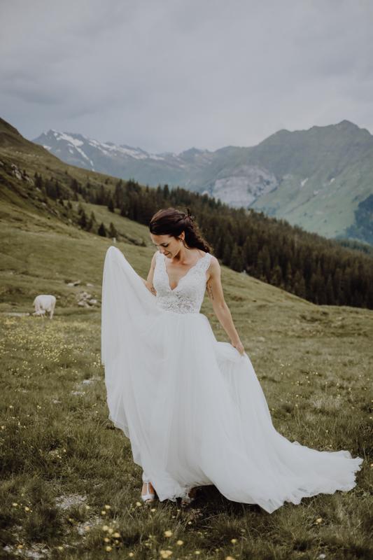 Frau mit Kleid auf Wiese