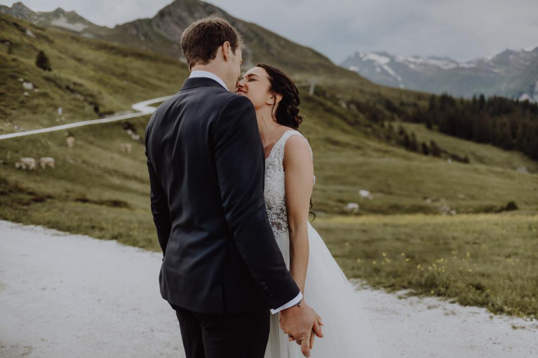 Braut und Bräutigam vor Bergkulisse